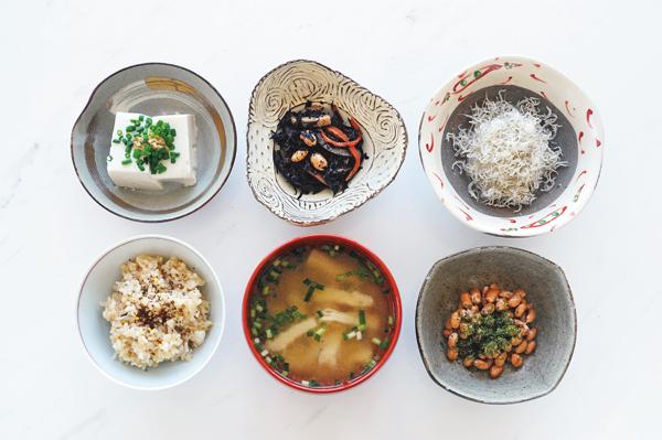 玄米、ひじき、じゃこ、豆腐、納豆などのヘルシーなおかず