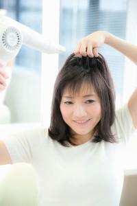 髪を乾かす様子