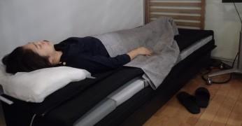 計測器が置かれたベッドに寝ている様子