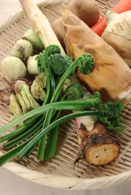 かごに盛られた春野菜