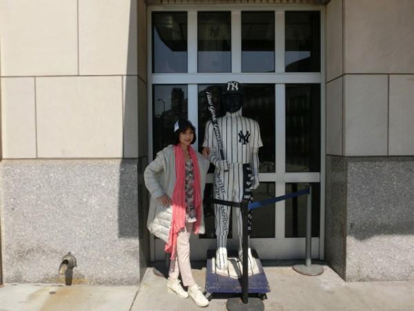 ニューヨーク ヤンキーズスタジアム前でのMidoriさん