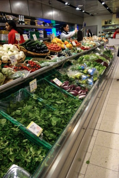 スーパーマーケットの野菜コーナー