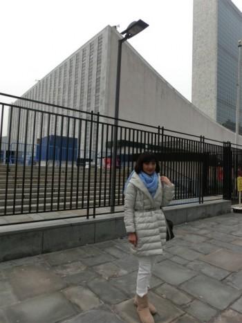 ニューヨーク 国連本部前でのMidoriさん