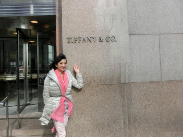 ニューヨーク Tiffany&Co. 前でのMidoriさん