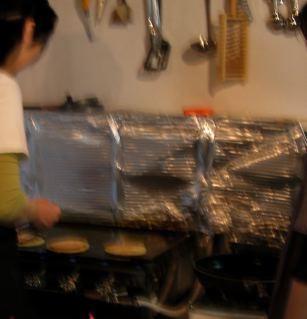 鉄板でパンケーキを作るスタッフ