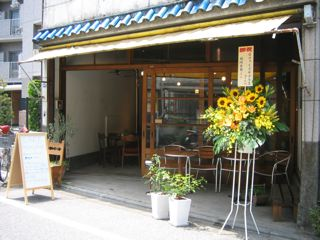 カフェ玄関とスタンド花