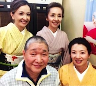 着物姿の朝倉さんと柳家師匠の会の方々