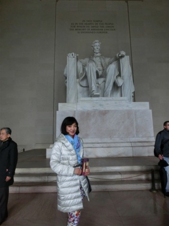 リンカーン記念堂とMidoriさん
