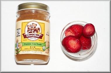 オーガニックのハチミツとイチゴ