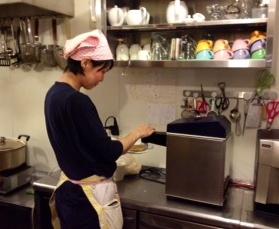 ホイップクリームマシンを使うスタッフ