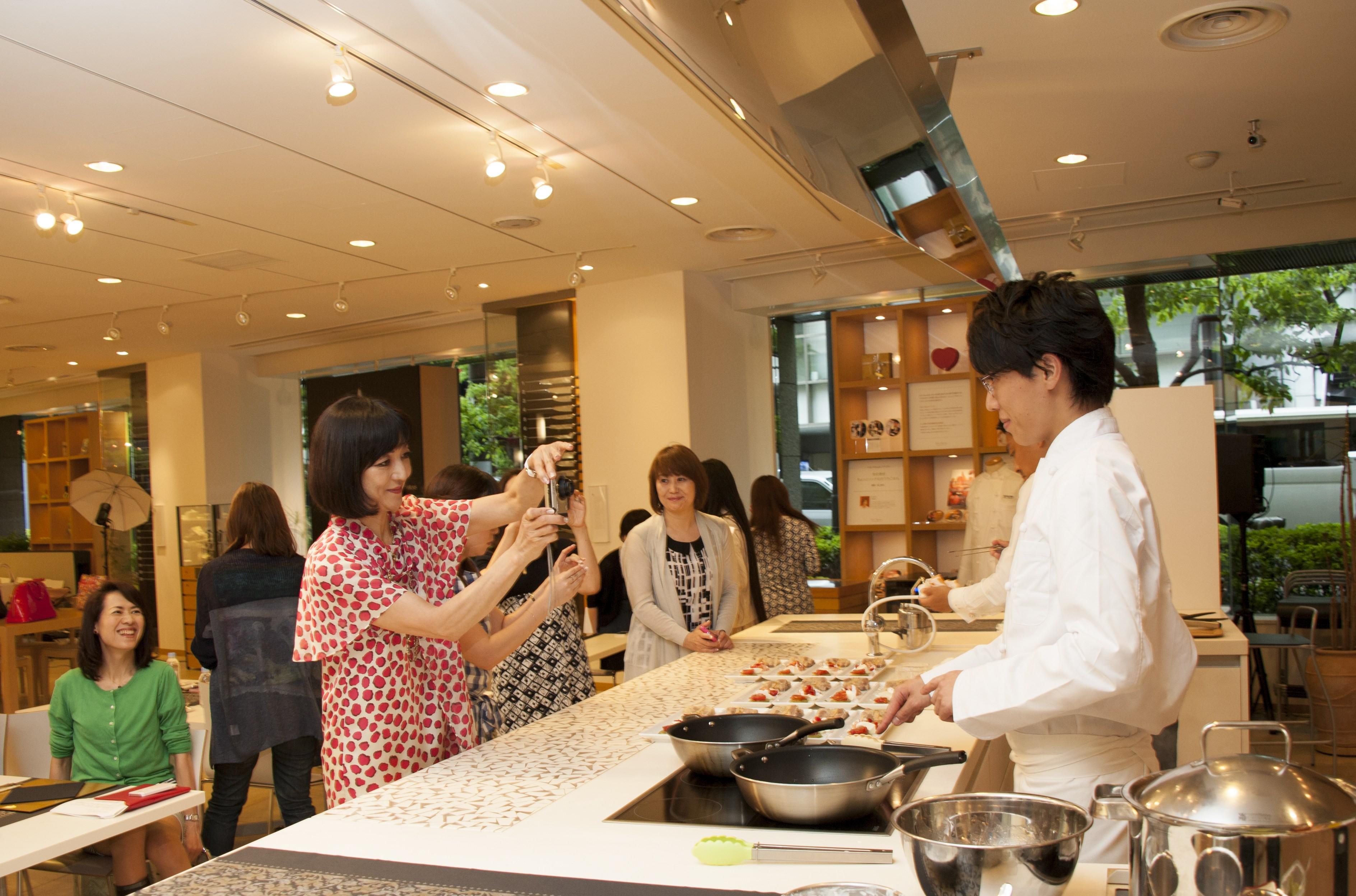 セミナー参加者から写真撮影をされる石山シェフ