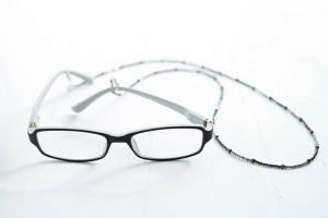 チェーン付きの遠近両用メガネ