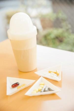 「朝食に欠かせないプロテインとサプリメント。血液検査の結果、血液栄養診断士がアドバイスした分量と組み合わせで飲んでいます。 私の場合、貧血と骨対策。食事では足りないビタミンBコンプレックス、カルシウム、マグネシウム、ヘム鉄などですね」