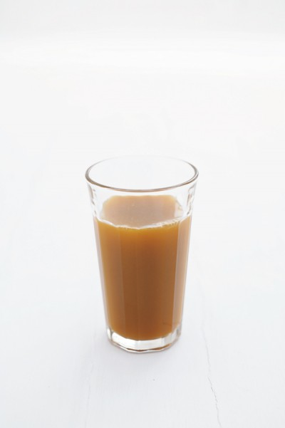 「毎朝、フレッシュジュースを飲むのを習慣にしてから、体調も頭の働きも快調に」。にんじん1本、りんご½個、小松菜1束、レモン¼個をジューサーで搾るのが基本のレシピ