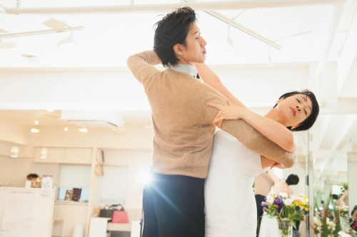 今回レッスン風景を見せてくれたのは、黒川先生が長年通っている「ヨコタダンススクール」の平川賢志先生。185㎝を超える長身を生かした、ダイナミックなダンスが持ち味です