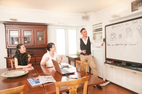 東京・南青山にある、イタリア語・文化教室「ベリタリア」。講師は、NHKのイタリア語講座などでもお馴染みの、マッテオ・インゼオ先生。「脳と栄養」の研究仲間で血液栄養診断士の佐藤智春さんとともに、イタリアのBARについておしゃべり