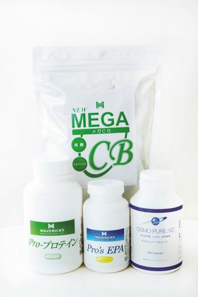 3カ月に1度の血液検査にそって摂取するメディカルサプリ。[奥から時計回りに]メガCB 60包 ¥10,000/ ネオメディック オスモ ピュア・ビタミンC 300カプセル ¥4,537/クレア・ラボ・ジャパン Pro's EPA 60粒 ¥6,900・ Pro-プロテイン 180粒¥8,500/松倉クリニック&メディカルスパ
