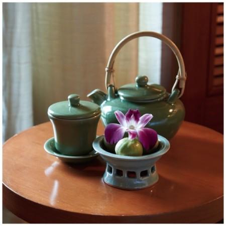 各客室内に置かれているお茶セットと、手前はグリーンレモン。毎朝ひとつをしぼりレモン水にして飲むことから一日が始まります