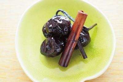 これは、なつめを赤ワインと桂皮、バニラビーンズで煮たもの。常備しておくと、サプリメントのように、いつでも食べることができます