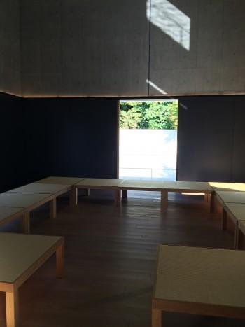 写真8 館内の畳のベンチ