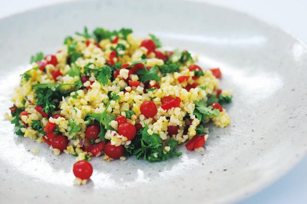 花野敬子さんのおしゃれなスーパーフードレシピ②ブルグールのうこん風味サラダ
