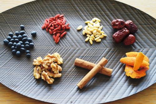 薬膳に多く使われる健康効果の高い素材。左から時計回りに、黒豆、クコの実、松の実、なつめ、陳皮(乾燥させたみかんの皮)、桂皮(シナモン)、くるみ。