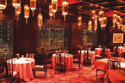 ノスタルジックでエレガントな雰囲気の広東料理レストラン「マン ワー」は、洗練されたサービスに定評があり、香港マダムやエグゼクティブでいつも賑わっています