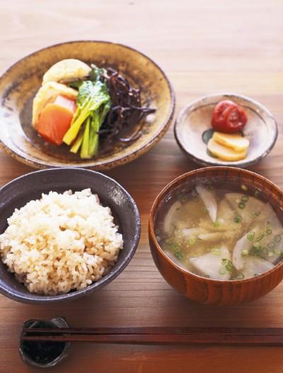 カノウさんの基本の食事。三分づきの米と味噌汁を中心に、漬け物や梅干し、緑の野菜、根菜、大豆食品、海藻類を少しずつとることを意識。また味噌や漬け物は、昔ながらの製法できちんと発酵させたものを使います