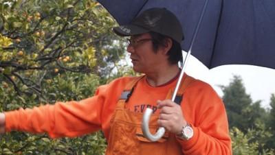 今村さん蜜柑園の佐藤さんは、全身オレンジ