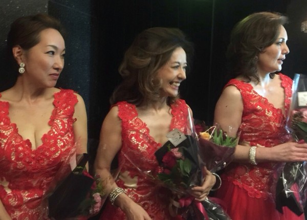 朝倉さん赤ドレス花束