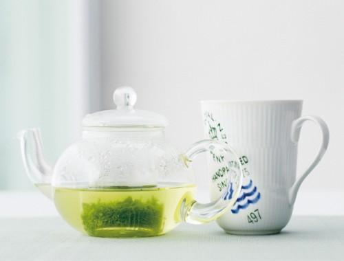緑茶を飲むのが黒木さんの日課。「お茶は故郷の名産の八女茶を子どもの頃からずっと愛飲しています。急須は耐熱ガラスのものを使っています。透明なので、お茶の色がわかって便利なんです。たくさん飲みたいから、湯飲み茶碗ではなくマグカップで」
