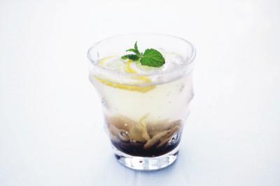 ジンジャーシロップと炭酸を好みの量、グラスに注ぎ、レモンとミントを飾ります