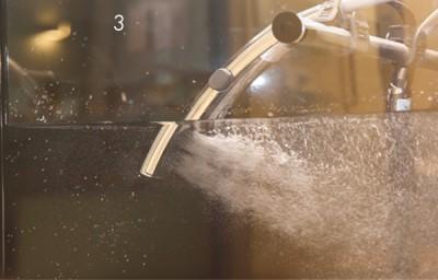 普通のシャワー(写真上)は水にすぐ同化してしまうのに対し、「エステケアシャワー」(写真下)は、ミクロの気泡(約45㎛)を含んでいるのが特徴。きめ細かな泡が皮脂汚れを浮かせて、洗い流します