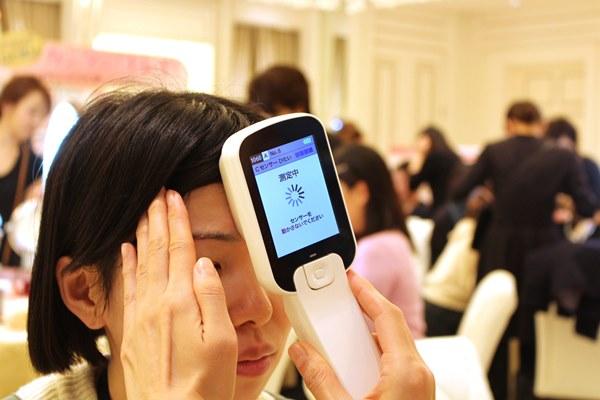 アルブラン新商品発表会で肌測定