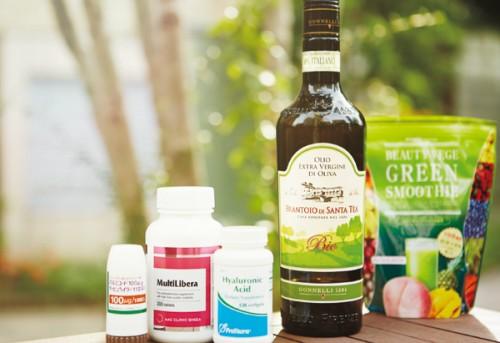 右より、食事がとれないときに活躍する粉末グリーンスムージー。毎日の食事に欠かせない良質なオリーブオイル。栄養素を補助的に摂取するのがマルチビタミンとヒアルロン酸。最近手放せない、のどの炎症を抑える薬。これが朝倉さんの元気の素