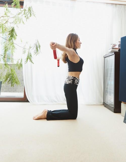肩や肩甲骨の可動域を広げるストレッチをはじめ、腹筋を強化するエクササイズを行うのが日課。「目標があると頑張れます!」
