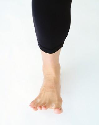足を上げ5本指を広げる