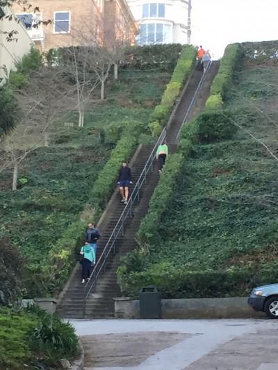 井原さん サンフランシスコ 長い階段