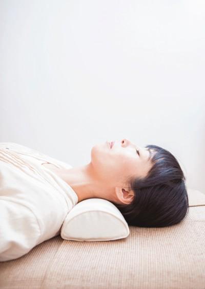 勝田小百合  半円枕で頸椎をケア
