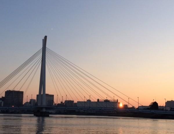 樫出さん 夜明けの隅田川にかかる中央大橋