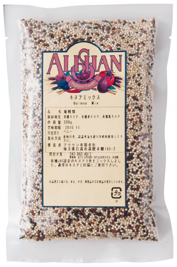 一般的な白キヌアに、ほんのり甘味のある赤キヌアと、やや濃厚な味わいの黒キヌアをブレンド。サラダや料理のトッピングに用い、栄養価と彩りをプラスするのがおすすめ。キヌアミックス 200g ¥605/アリサン