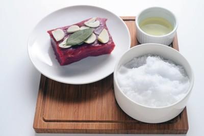 肉は室温にもどしておきます。使用した塩は再利用可能。冷蔵庫に入れ、早めに使い切って