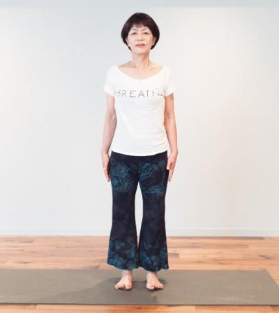 「山のポーズ」は腰幅に脚を広げて立ち、横から見て、耳、肩、腰、膝、くるぶしが一直線になるように立ちます。とてもシンプルですが、骨格を整えるのに最適な基本のポーズ