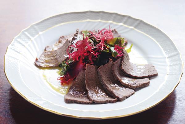 好みの海藻(乾燥)約30gを水でもどし、水気をきって皿に盛る。牛肉の塩釜焼きの薄切りを盛り、亜麻仁油ドレッシング(亜麻仁油大さじ1、ナンプラー大さじ½、レモン汁大さじ½を合わせる)をかける