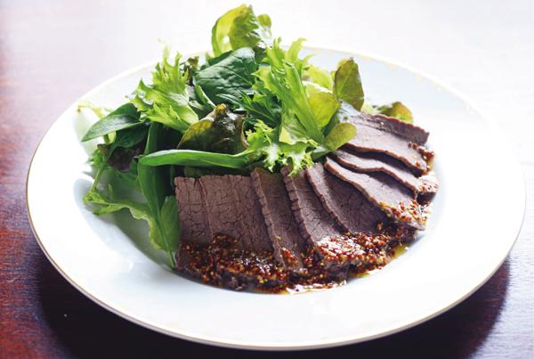 レタス、ルッコラなど、好みの葉野菜約150g(両手にのるくらい)を洗ってよく水気をきり、皿に盛る。牛肉の塩釜焼きの薄切りを盛り、マスタードソース(粒マスタード大さじ1、みりん大さじ1、しょうゆ大さじ½ オリーブオイル大さじ½を合わせる)をかける