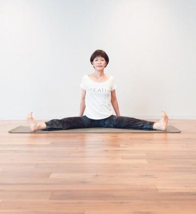 関節を柔軟にしておくことが、寝たきりにならず、いつまでも活動的に生活をするための秘訣。体が硬い人も、毎日の積み重ねでしなやかな体に! 「もう遅い…ということはありません」