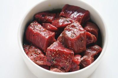 肉の表面をコーティングした油が、加熱した際に表面を焼き固めるのを助け、肉汁を閉じ込めます
