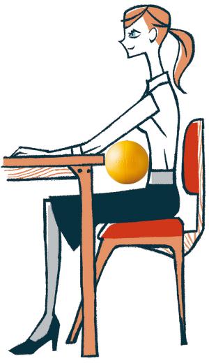 コンパクトなバランスボールをクッションとして利用するのもおすすめ。デスクでのパソコン作業の際、机と胸の下あたりにボールを挟んで少し体を預けるようにすると、自然に背筋が伸び、ラクに作業できます。ただし腰や胸を反りすぎると、かえって負担になるので要注意。空気を抜いて折りたたむと10㎝四方になるため、車や飛行機での長時間の移動に携帯し、腰に当てても◎。ソフトギムニク(26㎝)¥1,200/スポーツタイガー