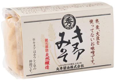 キヌアと自然海塩のみでつくった味噌。製造ラインも通常の食品と別管理なので、大豆や小麦、米、そばなどのアレルギーのある人でもOK。クセのない優しい味わい。キヌアみそ 500g ¥1,650/丸秀醤油