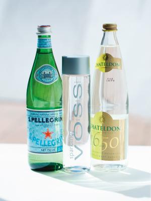 「炭酸水のシュワシュワッとした喉ごしが好き。なかでも泡の細かい微炭酸がいいですね。ミネラルウォーターで割って飲んでいます」。[左から]イタリアのブランド、サンペレグリノの炭酸水。ノルウェー産の炭酸入りミネラルウォーター、VOSS。フランス王ルイ14世も愛したシャテルドンなど、気分で飲み分けているとか